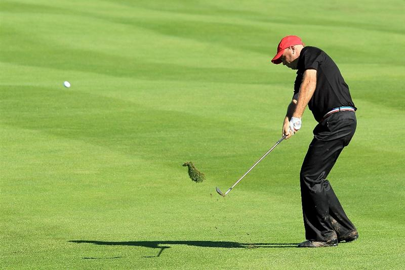 NEWPORT, WALES - OCTOBER 04:  Stewart Cink  of the USA hits his approach shot on the 18th hole in the singles matches during the 2010 Ryder Cup at the Celtic Manor Resort on October 4, 2010 in Newport, Wales.  (Photo by David Cannon/Getty Images)