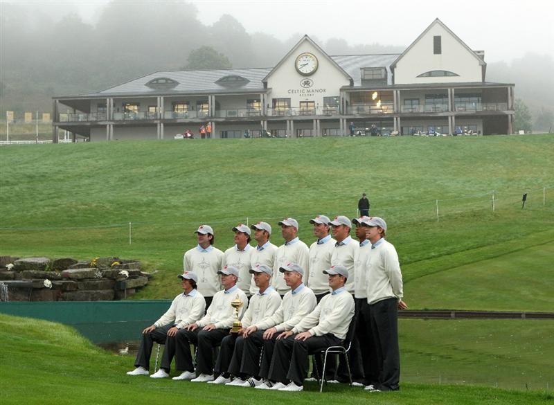 NEWPORT, WALES - SEPTEMBER 28:  Back Row (L-R) Bubba Watson, Phil Mickelson, Dustin Johnson, Stewart Cink, Matt Kuchar, Jeff Overton, Tiger Woods and Hunter Mahan; Front Row (L-R)  Rickie Fowler, Steve Stricker, Team Captain Corey Pavin, Jim Furyk and Zach Johnson pose during the USA Team Photocall prior to the 2010 Ryder Cup at the Celtic Manor Resort on September 28, 2010 in Newport, Wales.  (Photo by Andy Lyons/Getty Images)