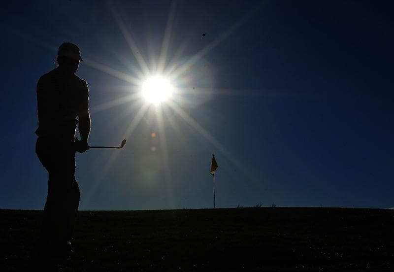 MARANA, AZ - FEBRUARY 25:  (EDITORS NOTE: A POLARIZING FILTER WAS USED IN THIS PHOTOGRAPH) Oliver Wilson of England hits a pitch shot on the first hole during the first round of the Accenture Match Play Championship at the Ritz-Carlton Golf Club at Dove Mountain on February 25, 2009 in Marana, Arizona.  (Photo by Stuart Franklin/Getty Images)