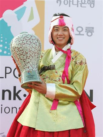 INCHEON, SOUTH KOREA - NOVEMBER 01:  Na-Yeon Choi of South Korea lifts the winners trophy as she wears a South Korean traditional costume and crown during a ceremony following the Hana Bank Kolon Championship at Sky 72 Golf Club on November 1, 2009 in Incheon, South Korea. Choi finished the three round with a record 19 under par.  (Photo by Chung Sung-Jun/Getty Images)
