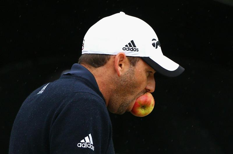 MELBOURNE, AUSTRALIA - NOVEMBER 13:  Sergio Garcia of Spain eats a apple during round three of the Australian Masters at The Victoria Golf Club on November 13, 2010 in Melbourne, Australia.  (Photo by Ryan Pierse/Getty Images)