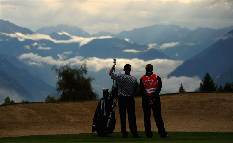 CRANS, SWITZERLAND - SEPTEMBER 04:  Anders Hansen of Denmark prepares to play his second shot on the 17th hole during the first round of the Omega European Masters at Crans-Sur-Sierre Golf Club on September 4, 2008 in Crans Montana, Switzerland.  (Photo by Andrew Redington/Getty Images)