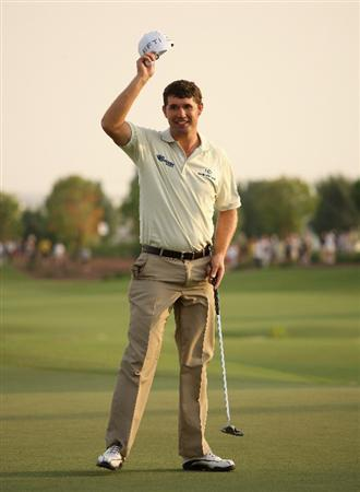 DUBAI, UNITED ARAB EMIRATES - NOVEMBER 20:  Padraig Harrington of Ireland waves to the crowd on the 18th hole during the second round of the Dubai World Championship on the Earth Course, Jumeirah Golf Estates on November 20, 2009 in Dubai, United Arab Emirates.  (Photo by Andrew Redington/Getty Images)