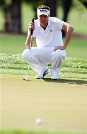 PALM BEACH GARDENS, FL - MARCH 07:  Jeff Overton lines up a putt on the ninth hole during the third round of The Honda Classic at PGA National Resort and Spa on March 7, 2009 in Palm Beach Gardens, Florida.  (Photo by Doug Benc/Getty Images)