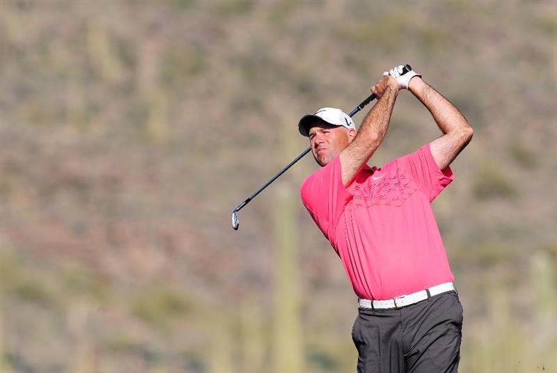 MARANA, AZ - FEBRUARY 19:  Stewart Cink plays his approach shot on the first playoff hole during round three of the Accenture Match Play Championship at the Ritz-Carlton Golf Club on February 19, 2010 in Marana, Arizona.  (Photo by Stuart Franklin/Getty Images)