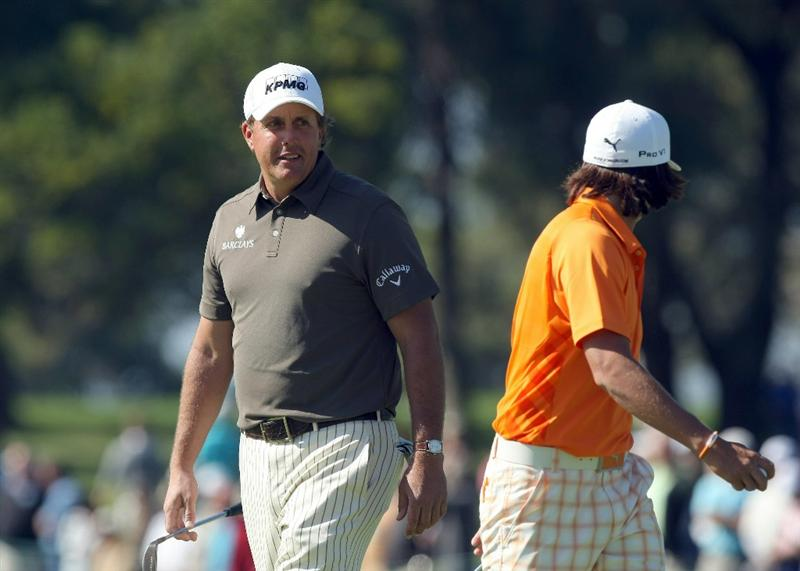 LA JOLLA, CA - JANUARY 29:  Rickie Fowler and Phil Mickelson speak on the 6th green during Round 3 of the Farmers Insurance Open at Torrey Pines on January 29, 2011 in La Jolla, California. (Photo by Donald Miralle/Getty Images)