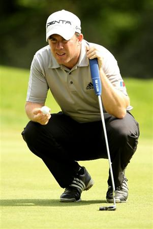VIRGINIA WATER, ENGLAND - MAY 21:  Richie Ramsay of Scotland lines up a putt on the 6th green during the second round of the BMW PGA Championship on the West Course at Wentworth on May 21, 2010 in Virginia Water, England.  (Photo by Andrew Redington/Getty Images)