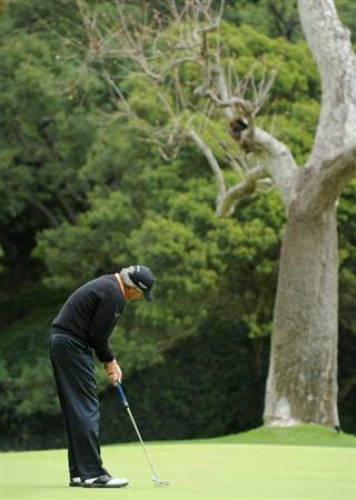PACIFIC PALISADES, CA - FEBRUARY 18:  Fred Couples putting on the 12th hole during the second round of the Northern Trust Open at Riviera Country Club on February 18, 2011 in Pacific Palisades, California.  (Photo by Stuart Franklin/Getty Images)