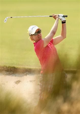 MELBOURNE, AUSTRALIA - FEBRUARY 13:  Karrie Webb of Australia plays her second shot out of the bunker on the eleventh hole during day two of the 2009 Women's Australian Open held at the Metropolitan Golf Club February 13, 2009 in Melbourne, Australia.  (Photo by Quinn Rooney/Getty Images)