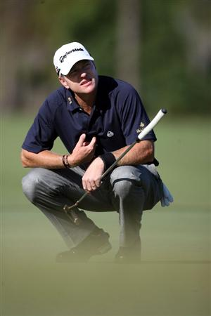 LAKE BUENA VISTA, FL - NOVEMBER 06:  Scott Verplank lines up a putt on the second hole during the first round at the Childrens Miracle Network Classic at Disney Palm on November 6, 2008 in Lake Buena Vista, Florida.  (Photo by Marc Serota/Getty Images)