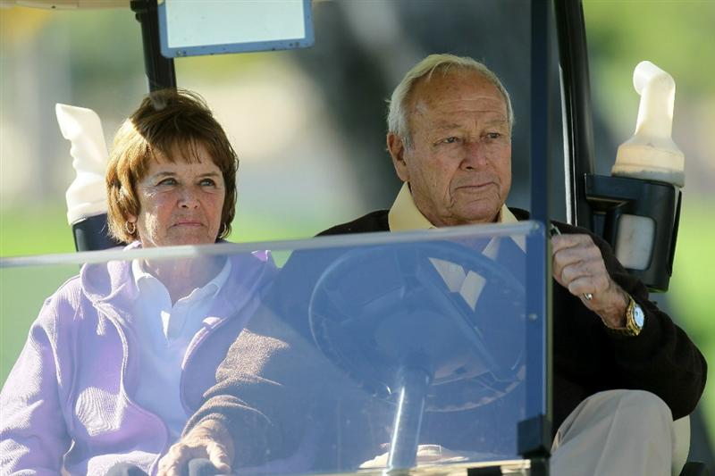 LA QUINTA, CA - JANUARY 20: Arnold Palmer and wife Kit follow Palmer's grandson, PGA Tour player Sam Saunders, during round two of the Bob Hope Classic at the La Quinta Country Club on January 20, 2011 in La Quinta, California. (Photo by Stephen Dunn/Getty Images)