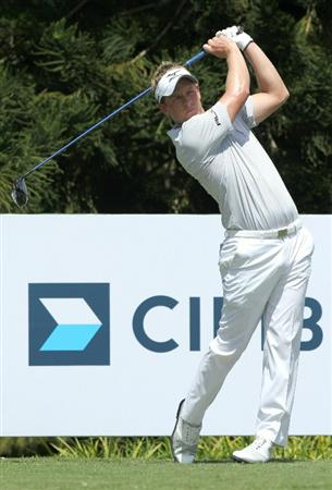 KUALA LUMPUR, MALAYSIA - OCTOBER 31: Luke Donald of England watches his tee shot on the 15during day four of the CIMB Asia Pacific Classic at The MINES Resort & Golf Club on October 31, 2010 in Kuala Lumpur, Malaysia. (Photo by Stanley Chou/Getty Images)