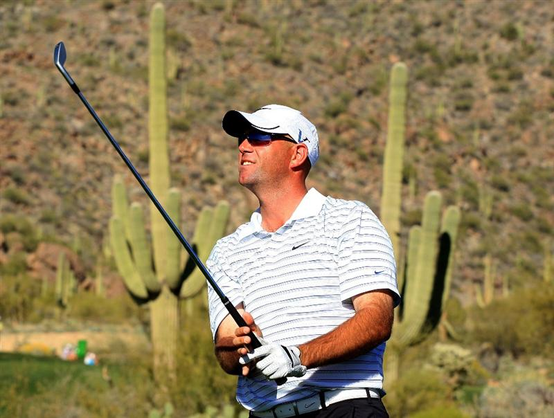 MARANA, AZ - FEBRUARY 28:  Stewart Cink watches his tee shot on the 16th hole during the semifinals of the Accenture Match Play Championship at the Ritz-Carlton Golf Club at Dove Mountain on February 28, 2009 in Marana, Arizona.  (Photo by Scott Halleran/Getty Images)