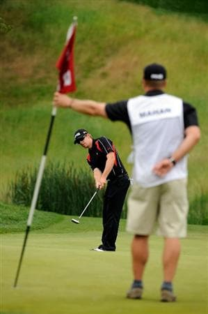 FARMINGDALE, NY - JUNE 22:  Hunter Mahan hits a putt on the eighth green during the continuation of the final round of the 109th U.S. Open on the Black Course at Bethpage State Park on June 22, 2009 in Farmingdale, New York.  (Photo by Sam Greenwood/Getty Images)