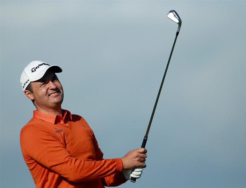 KINGSBARNS, SCOTLAND - OCTOBER 07: Simon Khan of England plays off the eighth tee during the first round of The Alfred Dunhill Links Championship at Kingsbarns Golf Links on October 7, 2010 in Kingsbarns, Scotland.  (Photo by Andrew Redington/Getty Images)