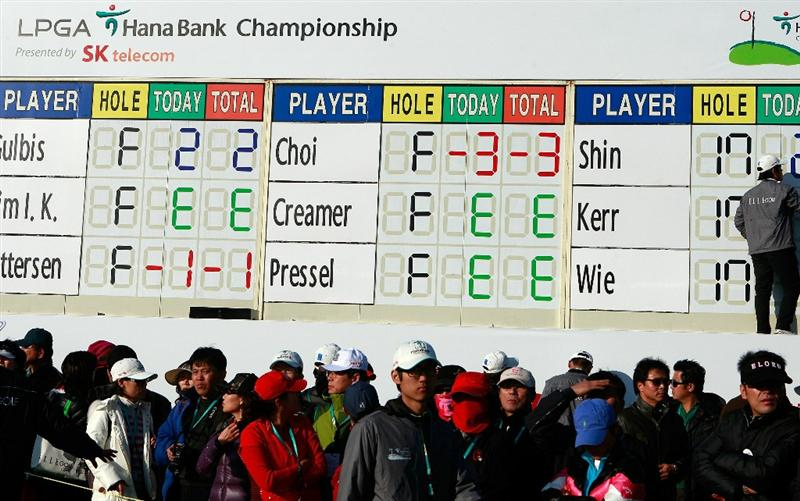 INCHEON, SOUTH KOREA - OCTOBER 29:  Spectators look on during day one of the 2010 LPGA Hana Bank Championship at Sky 72 Golf Club on October 29, 2010 in Incheon, South Korea.  (Photo by Chung Sung-Jun/Getty Images)