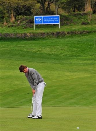 JEJU, SOUTH KOREA - APRIL 24:  Robert - Jan Derksen of The Netherlands putting on the fourth hole during the second round of the Ballantine's Championship at Pinx Golf Club on April 24, 2009 in Jeju, South Korea.  (Photo by Stuart Franklin/Getty Images)