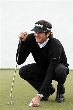 MARANA, AZ - FEBRUARY 26:  Bubba Watson lines up his putt on the third hole during the semifinal round of the Accenture Match Play Championship at the Ritz-Carlton Golf Club on February 26, 2011 in Marana, Arizona.  (Photo by Sam Greenwood/Getty Images)