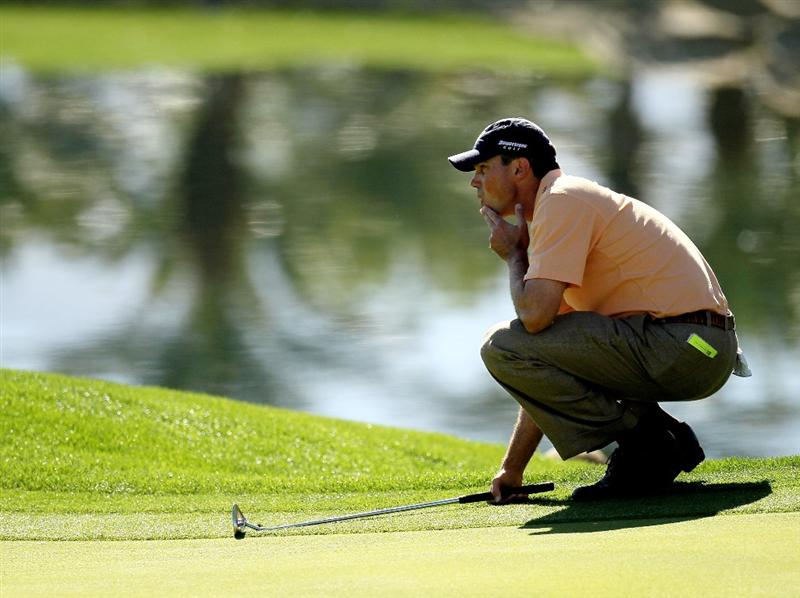 LA QUINTA, CA - JANUARY 25:  Matt Kuchar lines up his putt on the fifth hole at the Palmer Private course at PGA West during the final round of the Bob Hope Classic on January 25, 2010 in La Quinta, California.  (Photo by Stephen Dunn/Getty Images)
