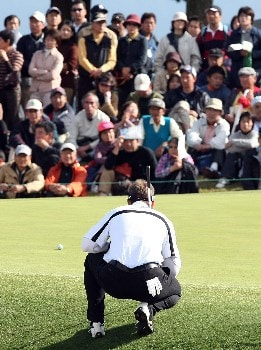 GOTENBA, JAPAN - NOVEMBER 11:  Brendan Jones of Australia lines up a putt on the 9th green during the final round of the Sumitomo Visa Taiheiyo Masters held at Taiheiyo Club on November 11, 2007 in Gotenba, Shizuoka Prefecture,  Japan.  (Photo by Koichi Kamoshida/Getty Images)