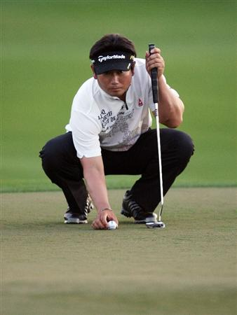 PALM BEACH GARDENS, FL - MARCH 06:  Y.E. Yang lines up his birdie putt on the tenth hole, his 18th oof the day, during the second round of The Honda Classic at PGA National Resort and Spa on March 6, 2009 in Palm Beach Gardens, Florida.  (Photo by Doug Benc/Getty Images)