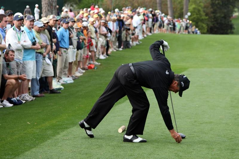 AUGUSTA, GA - APRIL 10:  Gary Player of South Africa tees up his ball on the 18th hole during the second round of the 2009 Masters Tournament at Augusta National Golf Club on April 10, 2009 in Augusta, Georgia.  (Photo by David Cannon/Getty Images)