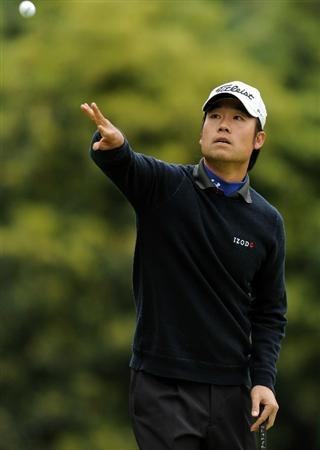 PACIFIC PALISADES, CA - FEBRUARY 18:  Kevin Na tosses his ball on the eighth green during the second round of the Northern Trust Open at the Riviera Country Club on February 18, 2011 in Pacific Palisades, California.  (Photo by Harry How/Getty Images)