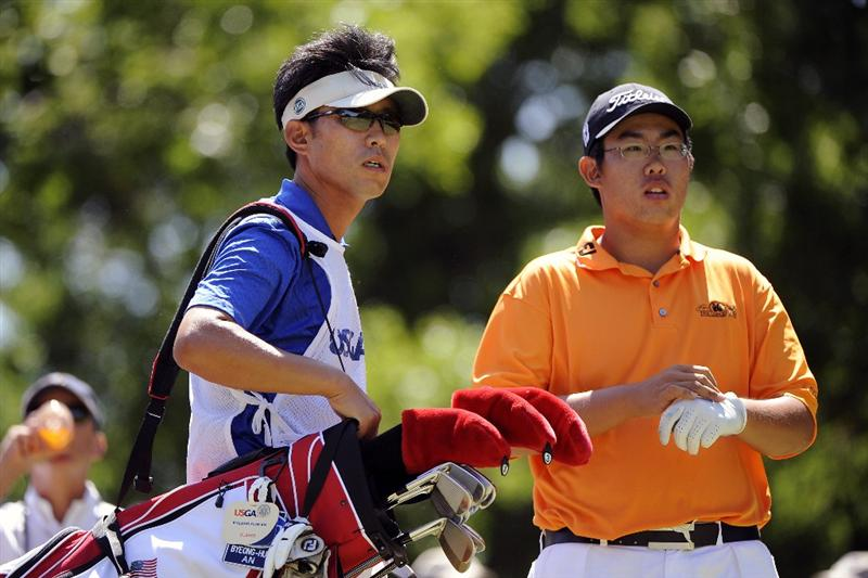 TULSA, OK - AUGUST 30:  Byeong-Hun An stands with his father, Jae An who was his caddie during the Finals of the U.S. Amateur Golf Championship on August 30, 2009 at Southern Hills Country Club in Tulsa, Oklahoma.  (Photo by G. Newman Lowrance/Getty Images)