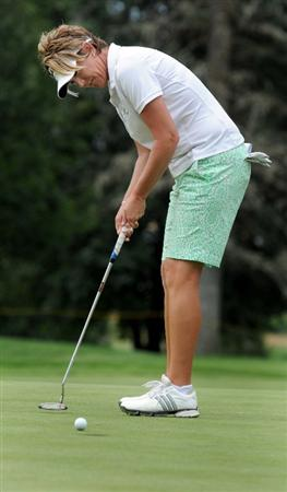 NORTH PLAINS, OR - AUGUST 28: Beth Bader sinks a birdie putt on the 13th hole during the first round of the Safeway Classic on August 28, 2009 at Pumpkin Ridge Golf Club in North Plains, Oregon. (Photo by Steve Dykes/Getty Images)
