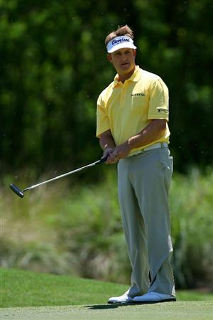 AVONDALE, LA - APRIL 25:  David Toms putts on the 4th hole during the final round of the Zurich Classic at TPC Louisiana on April 25, 2010 in Avondale, Louisiana.  (Photo by Chris Trotman/Getty Images)