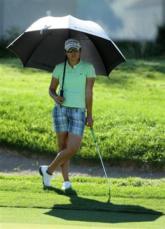 RANCHO MIRAGE, CA - APRIL 01:  Yani Tseng of Taiwan holds an umbrella against the sun as she waits on the green on the sixth hole during the second round of the Kraft Nabisco Championship at Mission Hills Country Club on April 1, 2011 in Rancho Mirage, California.  (Photo by Stephen Dunn/Getty Images)