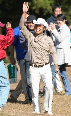 GOTENBA, JAPAN - NOVEMBER 13:  Shingo Katayama of Japan reacts to a putt on the 6th green during the first round of Mitsui Sumitomo Visa Taiheiyo Masters at Taiheiyo Club on November 13, 2008 in Gotenba, Shizuoka, Japan.  (Photo by Koichi Kamoshida/Getty Images)