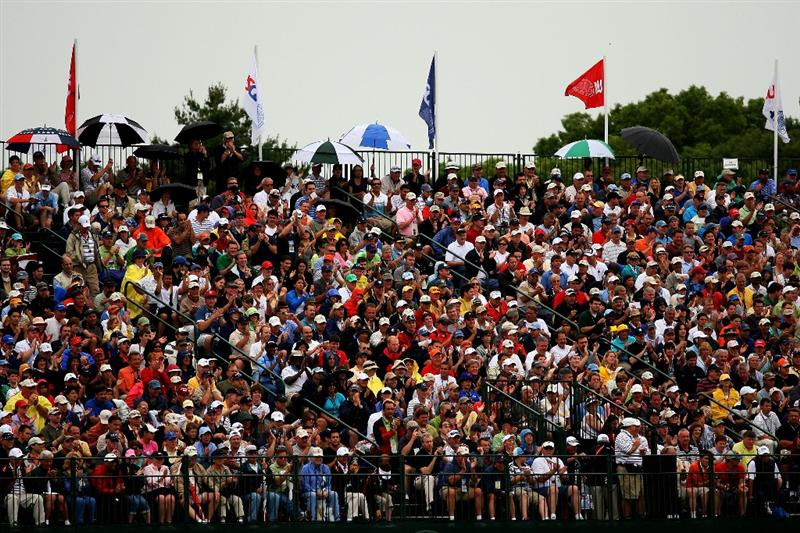 FARMINGDALE, NY - JUNE 20:  Golf fans watch the play at the 17th green during the continuation of the second round of the 109th U.S. Open on the Black Course at Bethpage State Park on June 20, 2009 in Farmingdale, New York.  (Photo by Andrew Redington/Getty Images)