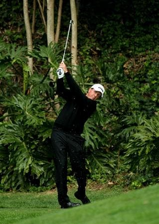 PACIFIC PALISADES, CA - FEBRUARY 18:  Phil Mickelson hits his tee shot on the sixth hole during round two of the Northern Trust Open at Riviera Country Club on February 18, 2011 in Pacific Palisades, California. (Photo by Stephen Dunn/Getty Images)