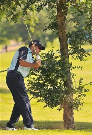 IRVING TX. - MAY 22:  Brian Davis hits a shot left handed out of the rough on the 16th hole during the second round of  the HP Byron Nelson Championship held at the TPC Four Seasons Resort Las Colinas on May 22, 2009 in Irving, Texas (Photo by Marc Feldman/Getty Images)