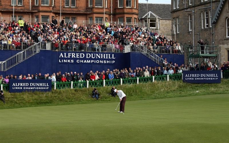 ST ANDREWS, SCOTLAND - OCTOBER 05:  Simon Dyson of England putting on the 18th green during the final round of The Alfred Dunhill Links Championship at The Old Course on October 5, 2009 in St.Andrews, Scotland. (Photo by David Cannon/Getty Images)