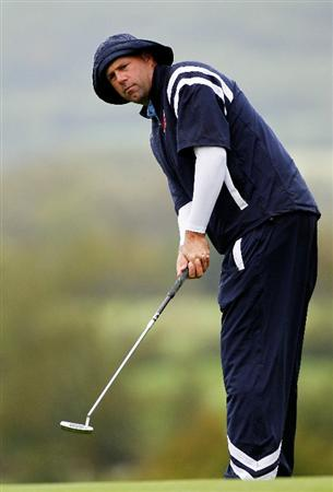 NEWPORT, WALES - SEPTEMBER 29:  Stewart Cink of the USA watches a putt during a practice round prior to the 2010 Ryder Cup at the Celtic Manor Resort on September 29, 2010 in Newport, Wales.  (Photo by Sam Greenwood/Getty Images)