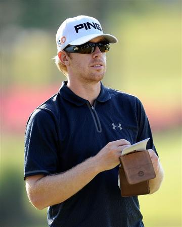 PONTE VEDRA BEACH, FL - MAY 05:  Hunter Mahan looks over a yardage book during a practice round prior to the start of THE PLAYERS on the Stadium course at the TPC Sawgrass on May 5, 2009 in Ponte Vedra Beach, Florida.  (Photo by Sam Greenwood/Getty Images)