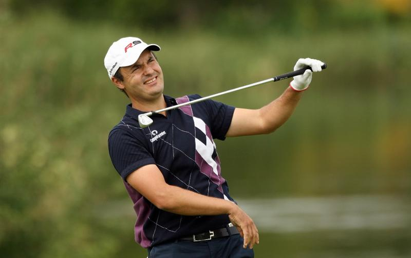 ASH, ENGLAND - MAY 28:  Simon Khan of England reacts to his appraoch shot into the 18th green during the first round of The European Open at the London Golf Club on May 28, 2009 in Ash, England.  (Photo by Warren Little/Getty Images)