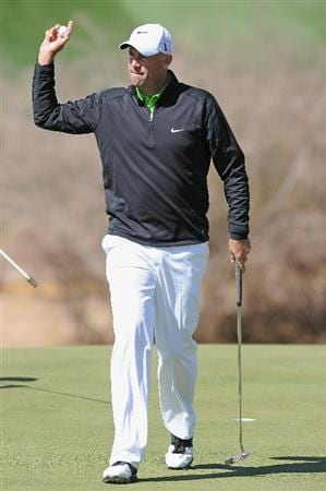 MARANA, AZ - FEBRUARY 23: Stewart Cink waves to the fans on the 18th hole during the first round of the World Golf Championships-Accenture Match Play Championship held at The Ritz-Carlton Golf Club, Dove Mountain on February 23, 2011 in Marana, Arizona.  (Photo by Stuart Franklin/Getty Images)