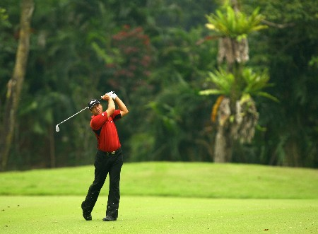 SINGAPORE - NOVEMBER 01:  Terry Pilkadaris of Australia in action on the 3rd hole during the 2nd round of the Barclays Singapore Open at Sentosa Golf Club on November 2, 2007 in Singapore.  (Photo by Ian Walton/Getty Images)