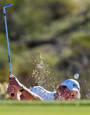 MARANA, AZ - FEBRUARY 25:  Phil Mickelson hits a bunker shot on the first hole during the first round of the Accenture Match Play Championship at the Ritz-Carlton Golf Club at Dove Mountain on February 25, 2009 in Marana, Arizona.  (Photo by Stuart Franklin/Getty Images)