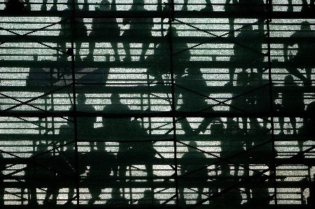 OAKMONT, PA - JUNE 14:  The silhouettes of golf fans are seen as they watch play during the first round of the 107th U.S. Open Championship at Oakmont Country Club on June 14, 2007 in Oakmont, Pennsylvania.  (Photo by Chris McGrath/Getty Images)