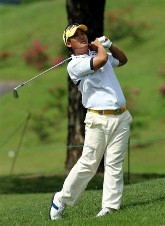 KUALA LUMPUR, MALAYSIA - OCTOBER 29: Pariya Junhasavasdikul of Thailand watches his 2nd shot on the 18th hole during day two of the CIMB Asia Pacific Classic at The MINES Resort & Golf Club on October 29, 2010 in Kuala Lumpur, Malaysia. . (Photo by Stanley Chou/Getty Images)