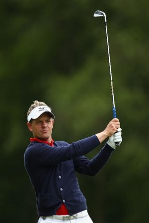 VIRGINIA WATER, ENGLAND - MAY 26:  Luke Donald of England plays his second shot on the nineth hole during the first round of the BMW PGA Championship at Wentworth Club on May 26, 2011 in Virginia Water, England.  (Photo by Richard Heathcote/Getty Images)