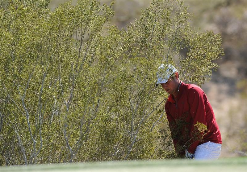 MARANA, AZ - FEBRUARY 23:  Jeff Overton plays his chip shot on the first hole during the first round of the World Golf Championships-Accenture Match Play Championship held at The Ritz-Carlton Golf Club, Dove Mountain on February 23, 2011 in Marana, Arizona.  (Photo by Stuart Franklin/Getty Images)