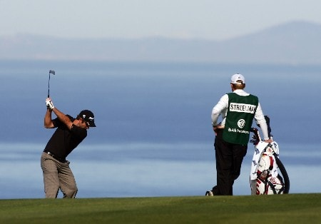 LA JOLLA, CA - JANUARY 26:  Kevin Streelman (L) hits a tee shot on the fourth hole during the third round of the Buick Invitational at the Torrey Pines Golf Course January 26, 2008 in La Jolla, California.  (Photo by Harry How/Getty Images)