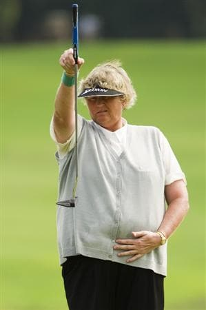 CHON BURI, THAILAND - FEBRUARY 20:  Laura Davies of England lines up a putt on the 17th green during round three of the Honda PTT LPGA Thailand at Siam Country Club on February 20, 2010 in Chon Buri, Thailand.  (Photo by Victor Fraile/Getty Images)