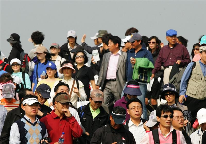 INCHEON, SOUTH KOREA - OCTOBER 30:  The gallery watches the round one of Hana Bank Kolon Championship at Sky 72 Golf Club on October 30, 2009 in Incheon, South Korea.  (Photo by Chung Sung-Jun/Getty Images)