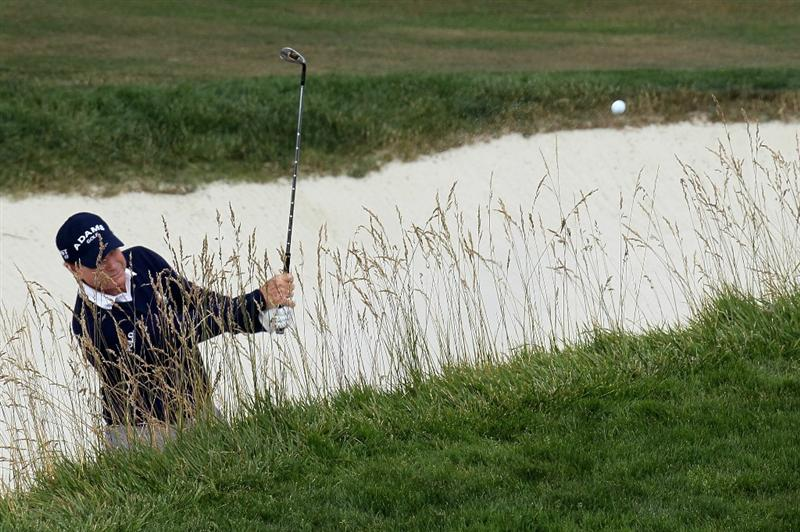 PEBBLE BEACH, CA - JUNE 20:  Tom Watson plays a bunker shot on the 18th hole during the final round of the 110th U.S. Open at Pebble Beach Golf Links on June 20, 2010 in Pebble Beach, California.  (Photo by Stephen Dunn/Getty Images)